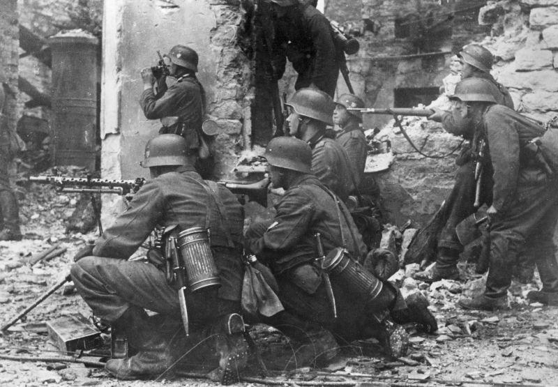 Немецкие солдаты в уличном бою в Таллине. Август 1941 г.