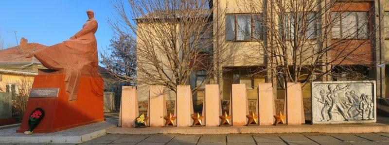 г. Николаев, п.Терновка. Памятник, установленный на братской могиле воинов, погибшие в боях у поселка.