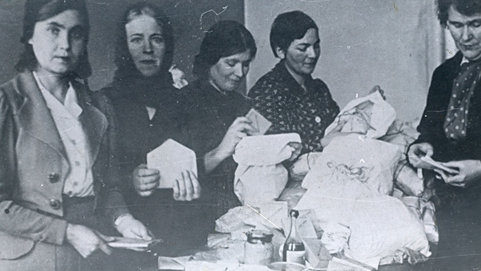 Женщины готовят посылки на фронт. 1942 г.
