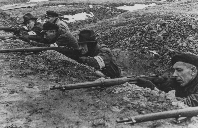 Ополченцы Фольксштурма в окопе на учениях в Восточной Пруссии.