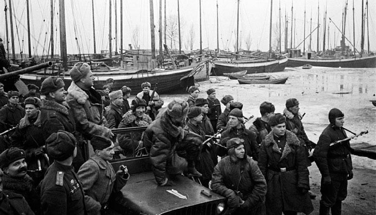 Советские бойцы в гавани Пиллау. Апрель 1945 г.