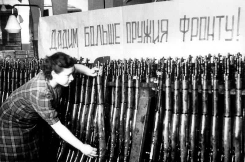 Контролёр ТОЗа И. Г. Кудряшова проверяет карабины перед отправкой на фронт. 1942 г.