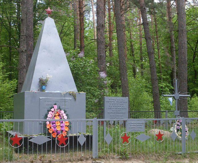с. Станиславчик Черкасского р-на. Братская могила 7 советских воинов, погибших при освобождении села.