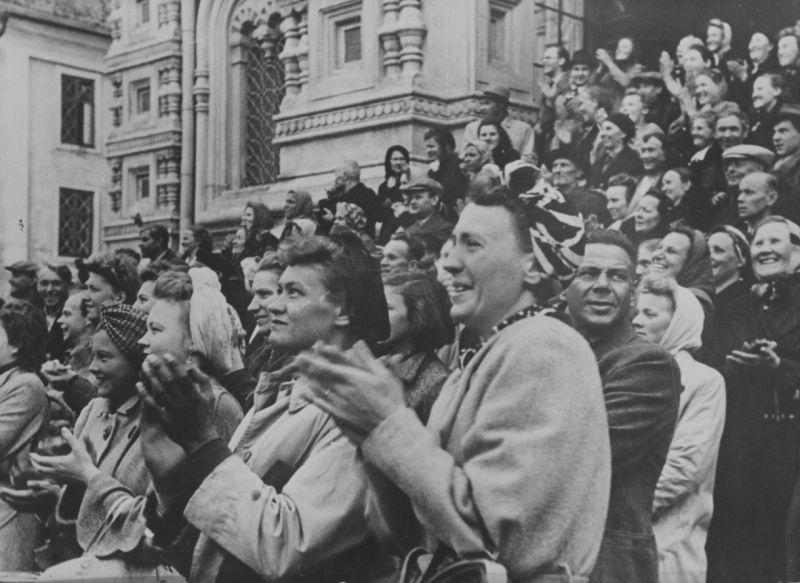 Жители Таллина встречают входящие в город немецкие войска. Август 1941 г.