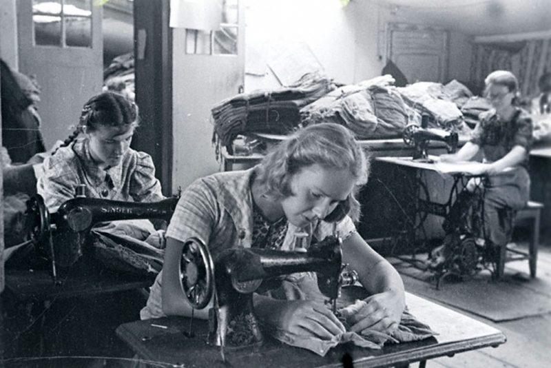 Учащиеся владивостокской средней школы №1 за починкой военного обмундирования. 1942 г.