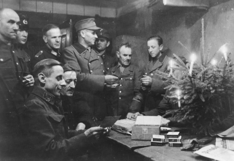 Фольксштурмисты празднуют Рождество. 15 декабря 1944 г.