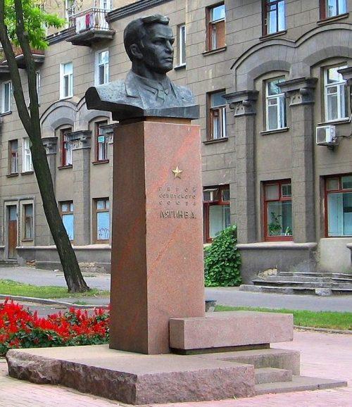 г. Николаев. Памятник Герою Советского Союза В.А. Лягину, установленный на одноименной улице.