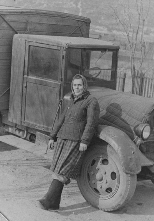 Мария Попкова - шофер автобазы «Приморскуголь». 1942 г.
