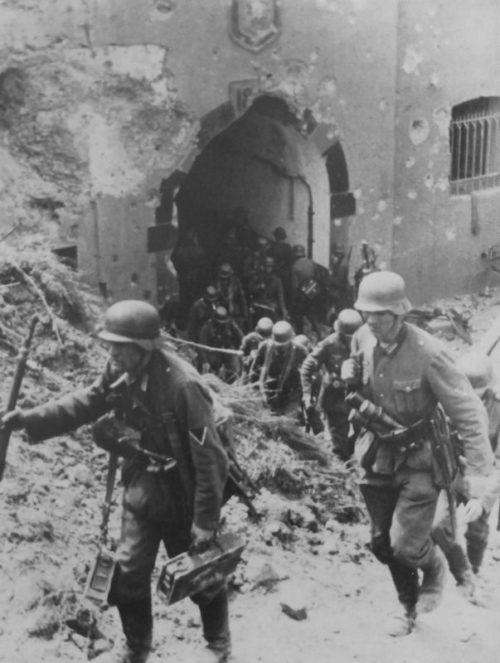 Немецкие солдаты у ворот захваченного бельгийского форта «Бонсель». Май 1940 г.