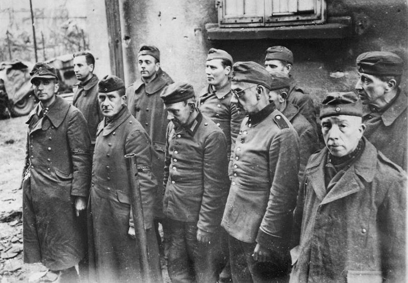 Пленные немецкие ополченцы в американском плену. Фраулаутерн, декабрь 1944 г.