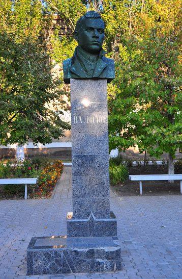 г. Николаев. Памятник Герою Советского Союза В. А. Лягину, установленный на территории школы № 22.