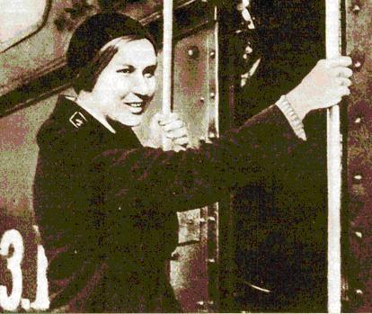 Женщина-машинист - Зинаида Троицкая на Московско-Казанской железной дороге. 1942 г.