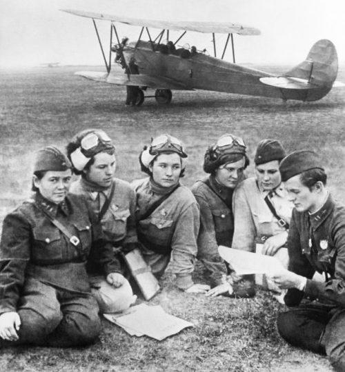 Пилоты 588-го полка легких ночных бомбардировщиков. 1942 г.
