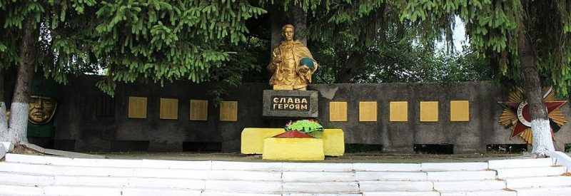с. Тубильцы Черкасского р-на. Памятник, установленный на братской могиле, в которой похоронено 12 советских воинов-десантников и памятник 380 односельчанам, погибшим в годы войны.