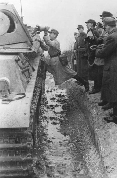 Бойцы Фольксштурма отрабатывают применение противотанкового оружия на «живой модели». Январь 1945 г.