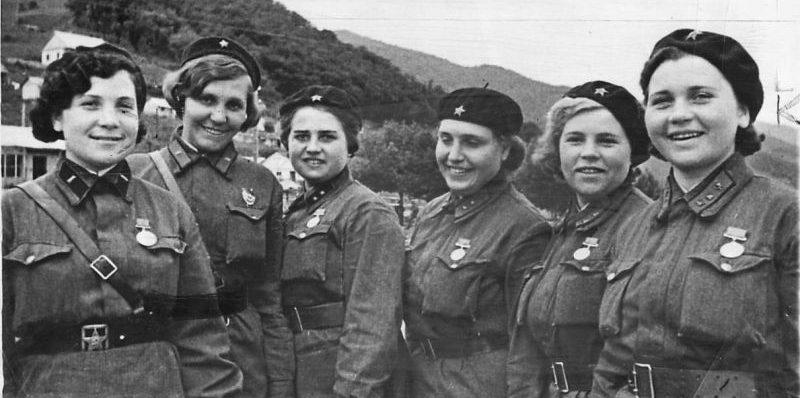 Женщины-военнослужащие, награжденные медалями «За отвагу». 1942 г.