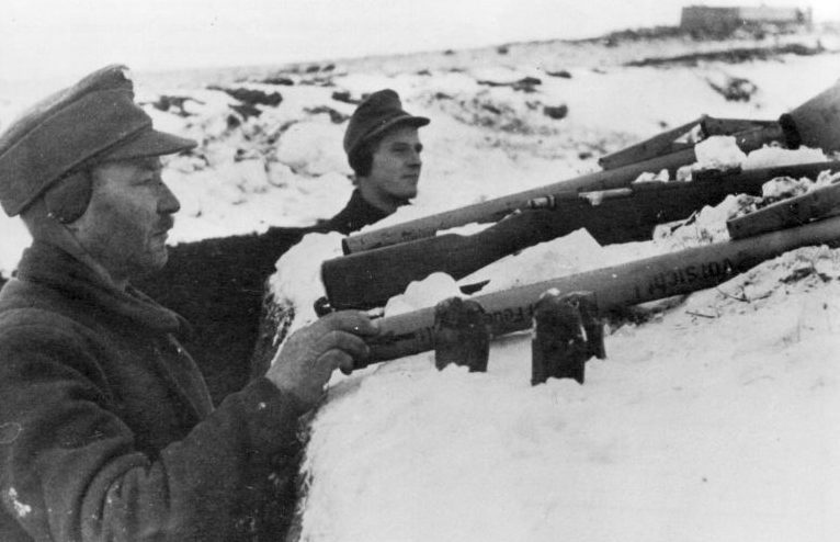Стрелки Фольксштурма в окопах в районе Кенигсберга. Январь 1945 г.