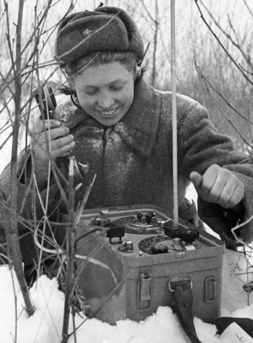 Девушка-связист РККА у радиостанции РБ. 1942 г.