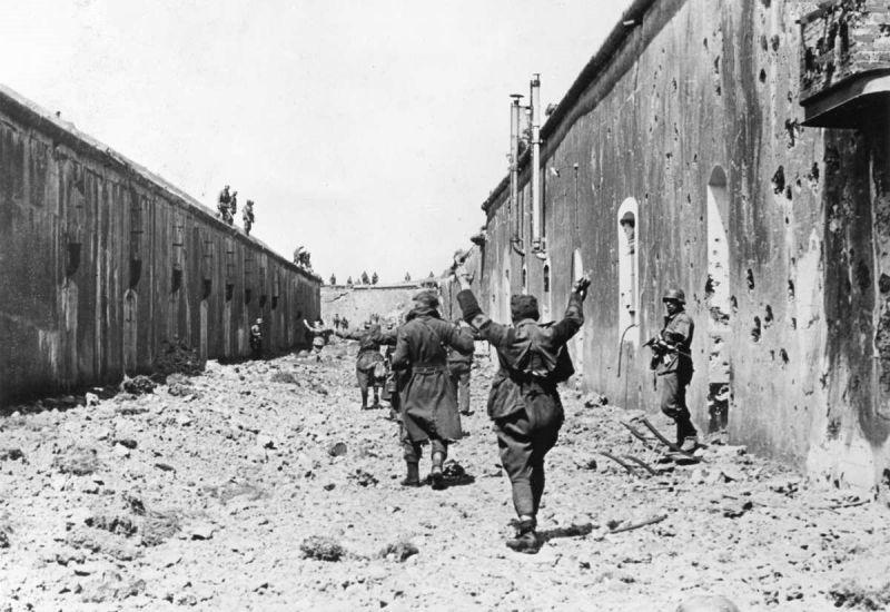 Сдавшиеся в плен бельгийские солдаты выходят из форта «Бонсель». Май 1940 г.