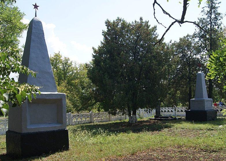 с. Григорьевка Братского р-на. Братская могила 9 советских воинов и памятный знак в честь воинов-земляков, погибших в годы войны.