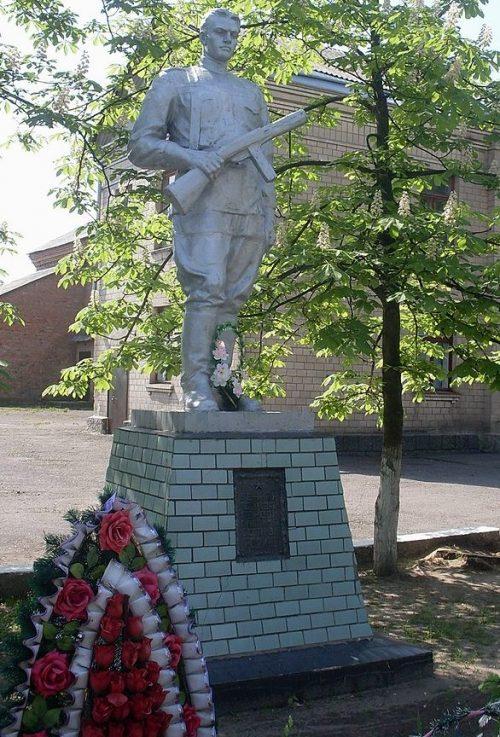 с. Хацки Черкасского р-на. Памятник односельчанам, погибшим в годы войны.