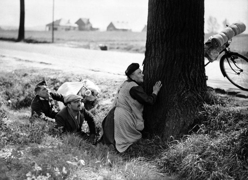 Бельгийцы прячутся от налета немецкой авиации. Май 1940 г.
