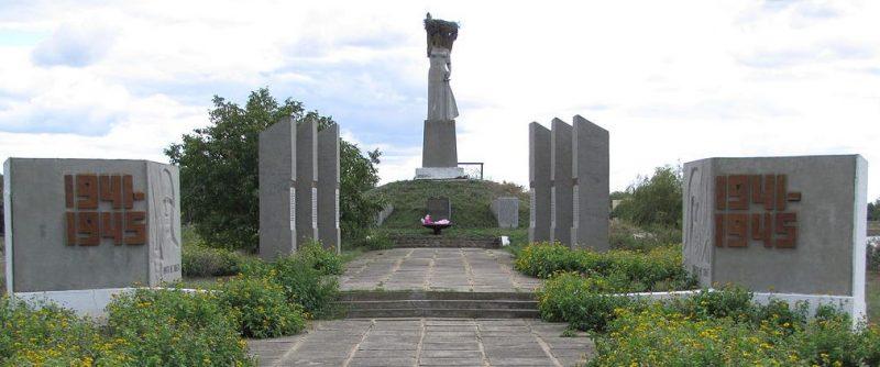 с. Ивановка (Ильичевка) Братского р-на. Мемориал советским воинам.