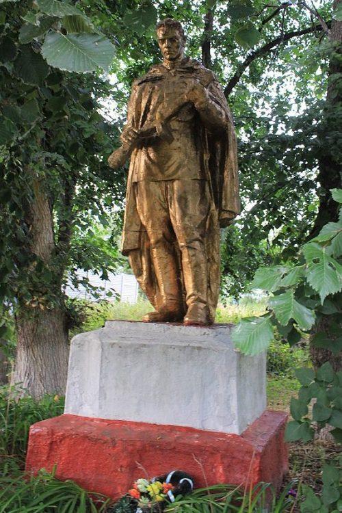 с. Хрещатик Черкасского р-на. Памятник, установленный на братской могиле, в которой похоронено 174 советских воина.