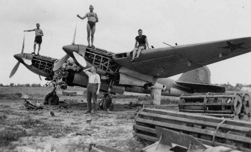 Немецкие солдаты на захваченном на аэродроме Пярну советском бомбардировщике Ар-2. Август 1941 г.