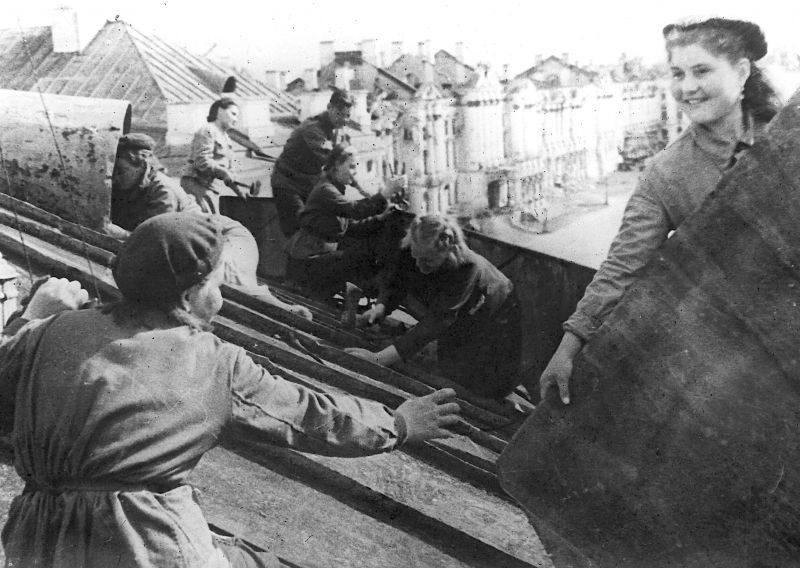 Девушки из местной противовоздушной обороны ремонтируют крышу здания в Ленинграде. 1942 г.