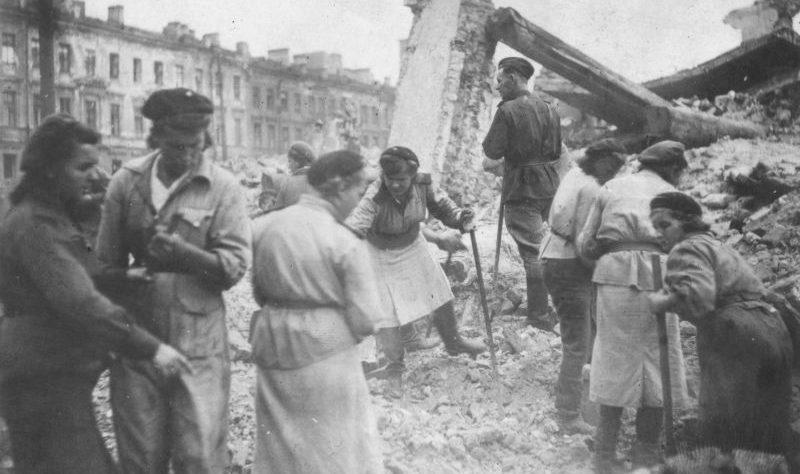 Разбор завалов силами МПВО в Ленинграде. 1942 г.