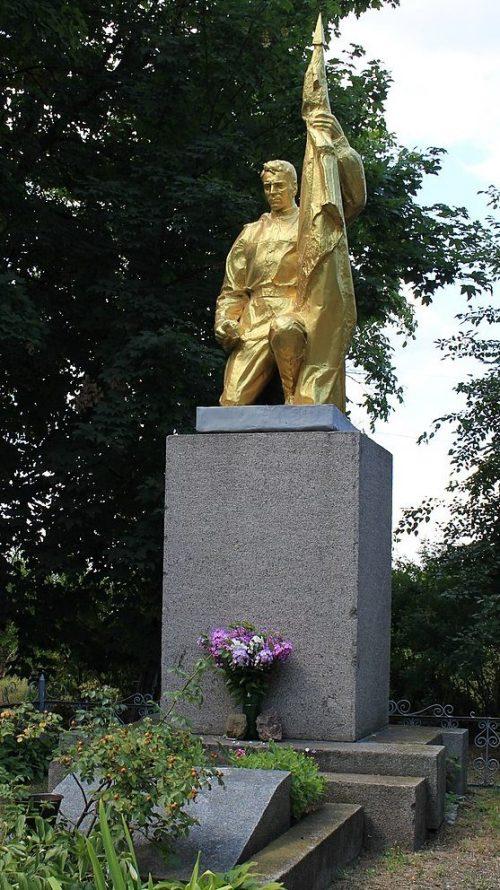 с. Худяки Черкасского р-на. Памятник, установленный на братской могиле, в которой похоронено 3 советских воинов.