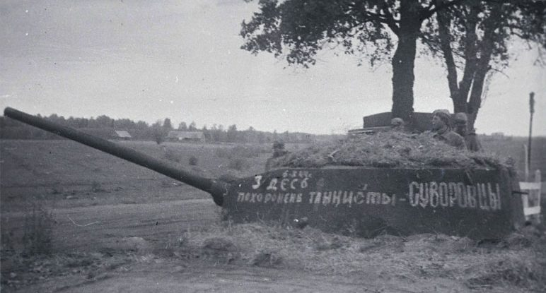 Первый памятник погибшим освободителям. 1945 г.