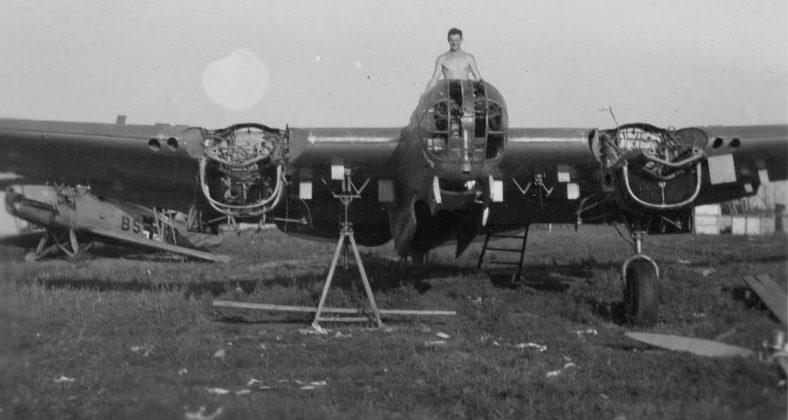 Немецкий солдат на захваченном на аэродроме Пярну советском бомбардировщике СБ. Август 1941 г.
