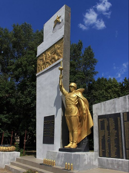с. Худяки Черкасского р-на. Памятник 393 односельчанам, погибшим в гражданскую и Великую Отечественную войны.