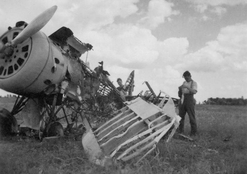 Немецкие солдаты осматривают разбитый на аэродроме Пярну советский истребитель И-153. Август 1941 г.