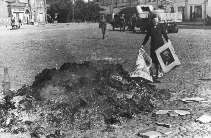 Сжигание советских плакатов и портретов на площади оккупированной немецкими войсками Нарвы. Август 1941 г.