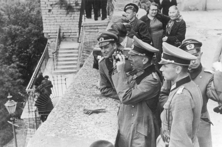 Немецкие офицеры на смотровой площадке Паткули. Таллинн, сентябрь 1941 г.