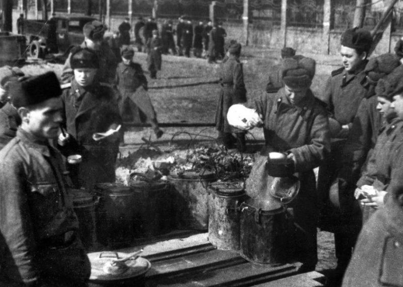 Обед после боя. Апрель 1945 г.
