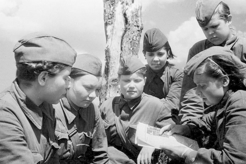 Санинструкторы 247-й стрелковой дивизии. Калининский фронт. 1942 г.
