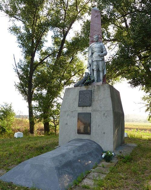 с. Червоная Слобода Черкасского р-на. Памятник, установленный на братской могиле, в которой похоронен 21 советский воин, в т.ч. 3 неизвестных, погибших в боях за село.