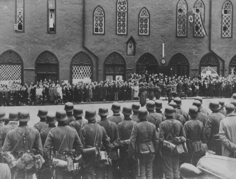 Немецкие солдаты и жители Таллина на площади у городской Ратуши. Сентябрь 1941 г.