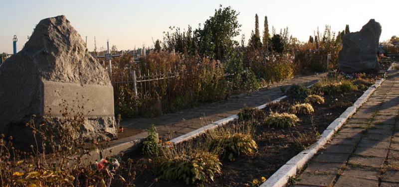 с. Червоная Слобода Черкасского р-на. Братская могила 2 советских воинов, погибших при освобождении села.