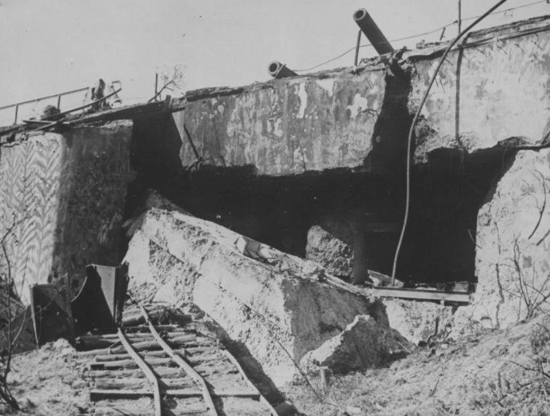 305-мм орудия, взорванной башенной батареи №334 на эстонском острове Аэгна. 1941 г.
