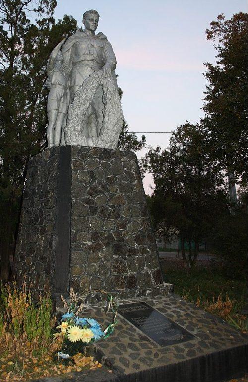 с. Червоная Слобода Черкасского р-на. Братская могила 76 советских воинов, погибших в годы войны.