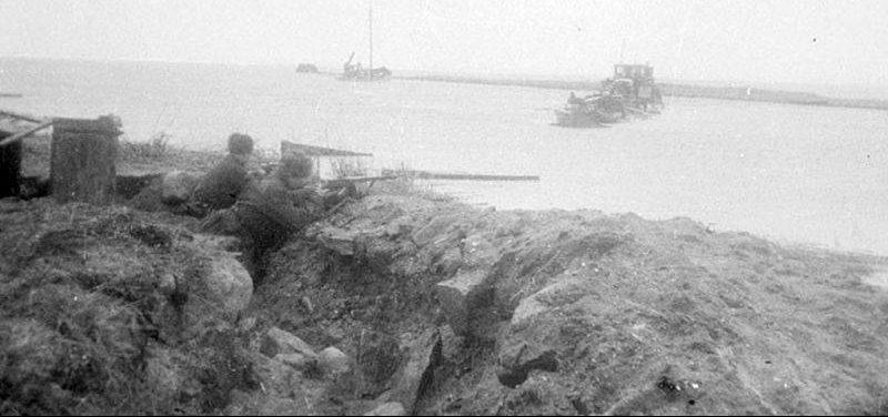 Бойцы Московской Пролетарской дивизии ведут огонь по противнику на косе Фриш Нерунг. Апрель 1945 г.