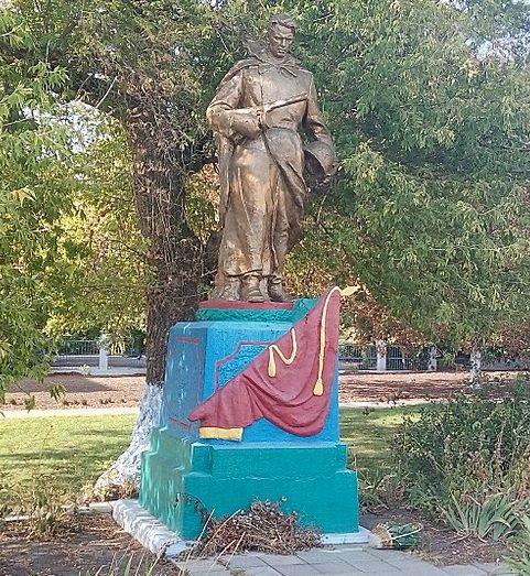 с. Широколановка Веселиновского р-на. Памятник, установленный в 1955 году на братской могиле, в которой похоронено 6 советских воинов.