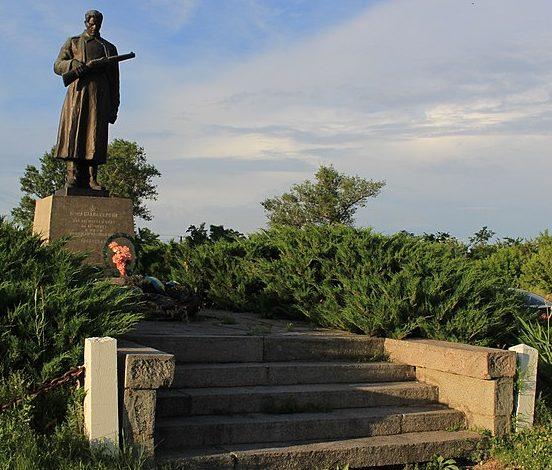 с. Чернявка Черкасского р-на. Памятник, установленный на братской могиле, в которой похоронено 9 советских воинов, погибших при освобождении села.