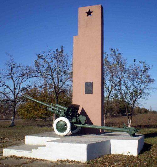 с. Белозёрка (Бармашово) Витовского р-на. Памятник в честь гвардейцев 10-й кавалерийской дивизии.