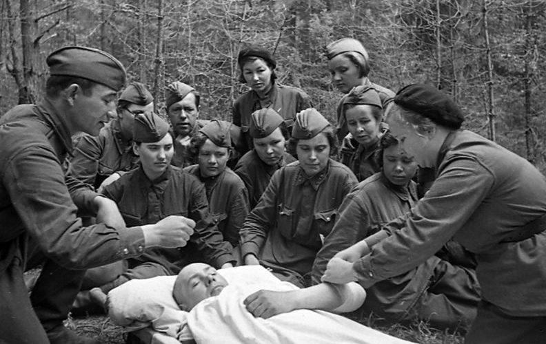 Практические занятия с группой младшего медицинского персонала полевого госпиталя. 1942 г.